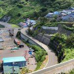 9. 海岸沿いの崖に面した漁村と脇道